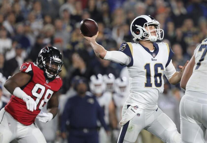 Los Angeles Rams quarterback Jared Goff (R) passes against the Atlanta Falcons during their NFL American football NFC wildcard game at the LA Coliseum in Los Angeles, California, USA, 06 January 2018. EFE-EPA/EUGENE GARCIA