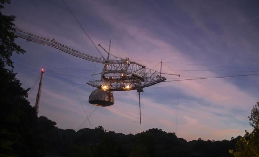 Fotografía sin fecha cedida donde se observa el radiotelescopio de Arecibo, situado en Arecibo (Puerto Rico). EFE/Observatorio de Arecibo/SOLO USO EDITORIAL