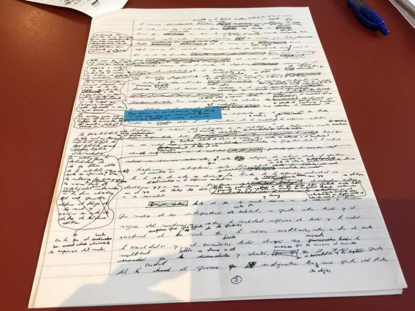 """Vista de un manuscrito original del escritor mexicano Laury Leite de su primera novela """"En la soledad de un cielo muerto"""", lleno de tachaduras, anotaciones a pie de página y subrayados en distintos colores hoy, jueves 25 de enero de 2018, en Miami (EE.UU.). EFE"""