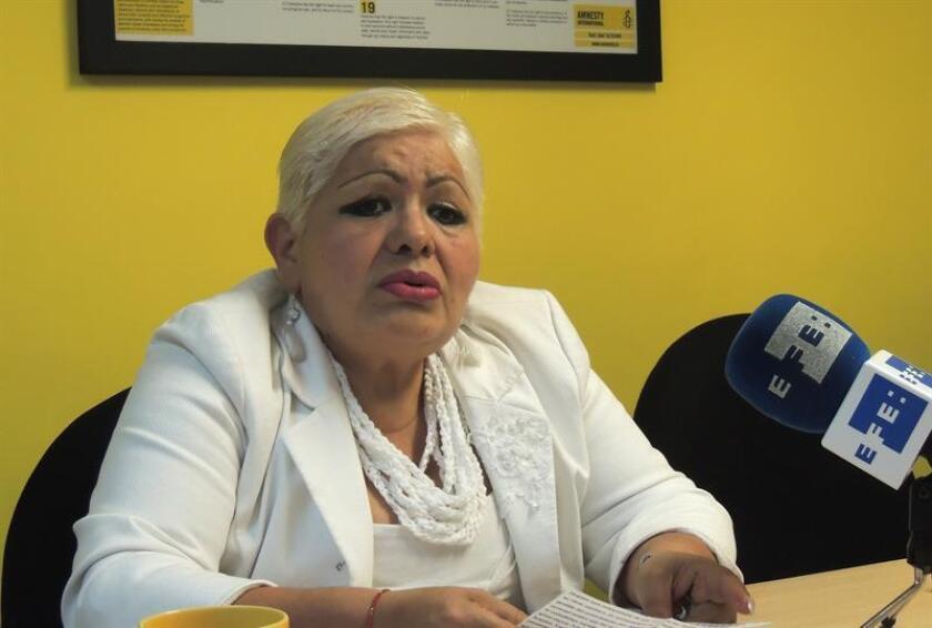 """Fotografía fechada el 10 de enero de 2018 muestra a la señora Austreberta Casales mientras habla en entrevista con Efe, en la sede de Amnistía Internacional en Ciudad de México (México). Ha vuelto a pasar el fin de año sin sus dos hijos, presuntamente torturados y detenidos injustamente por policías federales mexicanos en 2011. Tras siete años de infructuosa odisea para liberarlos, Austreberta Casales se siente """"encarcelada"""". EFE"""