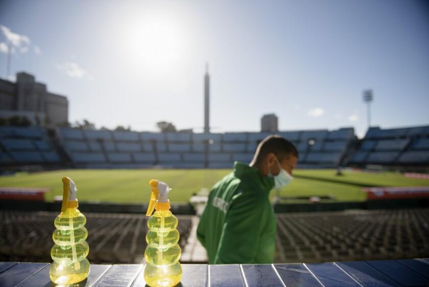 Un futbolista se retira del estadio Centenario tras ser vacunado contra el COVID-19,