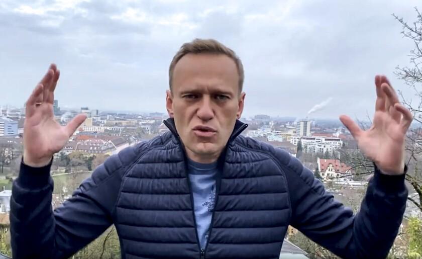 El activista opositor ruso Alexei Navalny gesticula durante la grabación.