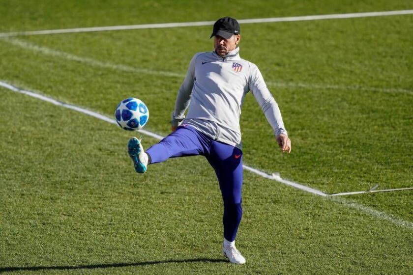El entrenador del Atlético de Madrid, Diego Pablo Simeone, durante el entrenamiento hoy de la plantilla en la Ciudad Deportiva Wanda en Majadahonda, previo al partido contra el Mónaco en la Liga de Campeones que se disputará mañana en el Wanda Metropolitano. EFE