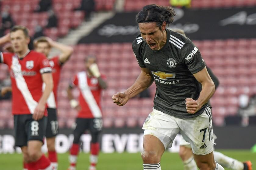 El delantero uruguayo del Manchester United Edinson Cavani tras marcar el segundo gol del equipo