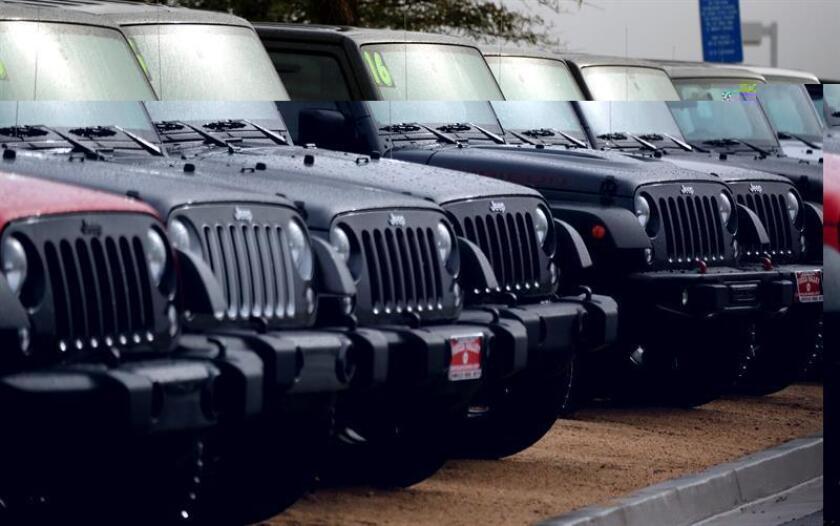 Un lote de camionetas Jeep permanecen en un concesionario hoy, jueves 12 de enero de 2017, en Yucca Valley, California (EE.UU.). La Agencia de Protección Ambiental (EPA) de EE.UU. acusó hoy al grupo Fiat Chrysler Automobiles (FCA) de trucar los motores diésel de varios modelos de sus vehículos para manipular las emisiones, aunque el fabricante negó ese extremo. EFE