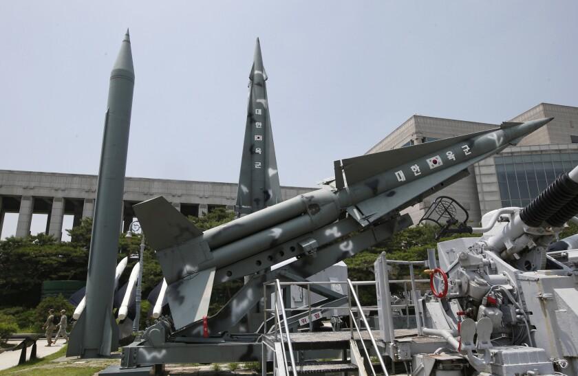 Misiles inertes surcoreanos son exhibidos cerca de cohetes Scud-B también inertes de Corea del Norte en el Museo Monumento de la Guerra de Corea en Seúl, Corea del Sur. Funcionarios castrenses de Estados Unidos y Corea del Sur dijeron el viernes que están listos para instalar un sistema estadounidense avanzado de defensa antimisiles en Corea del Sur a fin de hacer frente a las amenazas de Corea del Norte. (AP Foto/Lee Jin-man)