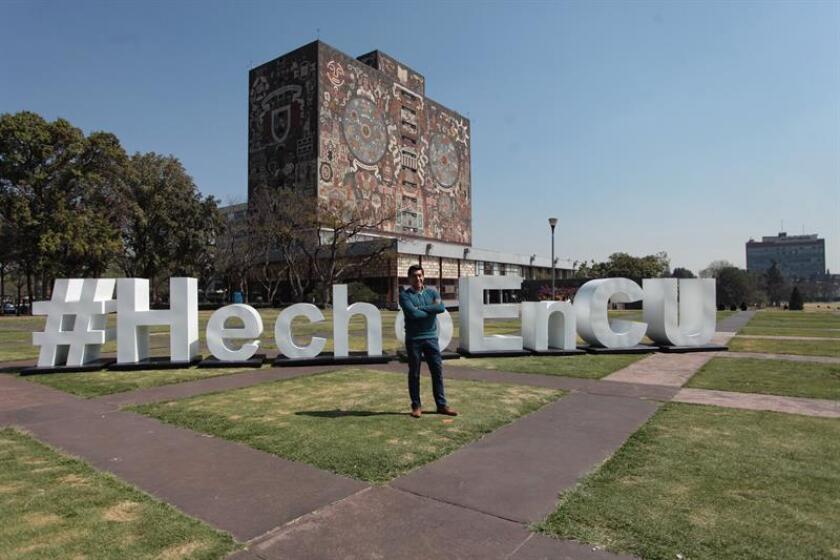 El estudiante mexicano Yair Piña López posa hoy, martes 14 de febrero de 2017, durante una rueda de prensa en Ciudad de México (México). EFE