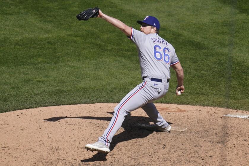 El pitcher de los Rangers de Texas Josh Sborz lanza en la décima entrada ante los Mellizos de Minessota el jueves 6 de mayo del 2021. (AP Photo/Jim Mone)