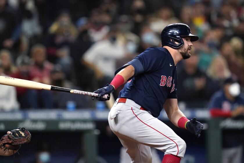 Kyle Schwarber, de los Medias Rojas de Boston, tras disparar un doble de tres carreras en el octavo inning del juego de la MLB que enfrentó a su equipo con los Marineros de Seattle, el 14 de septiembre de 2021, en Seattle. (AP Foto/Elaine Thompson)