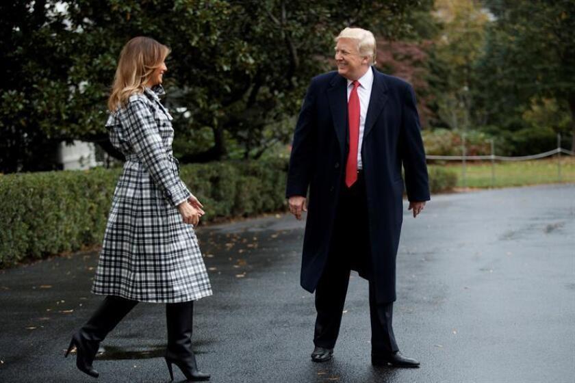 El presidente estadounidense, Donald Trump (d), y la primera dama estadounidense, Melania Trump, saludan antes de viajar a Francia desde la Casa Blanca en Washington D.C (Estados Unidos) hoy, 09 de noviembre del 2018. EFE
