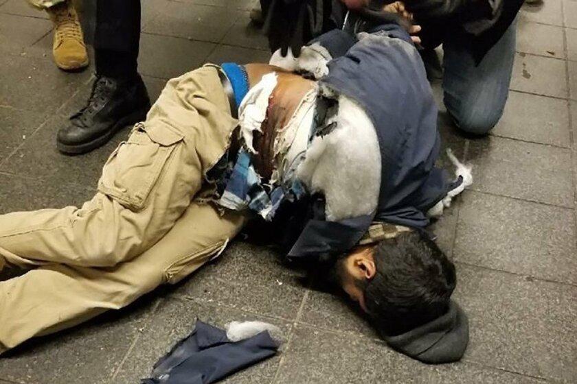 El presunto terrorista -herido- es detenido tras la explosión en el Metro de Nueva York.