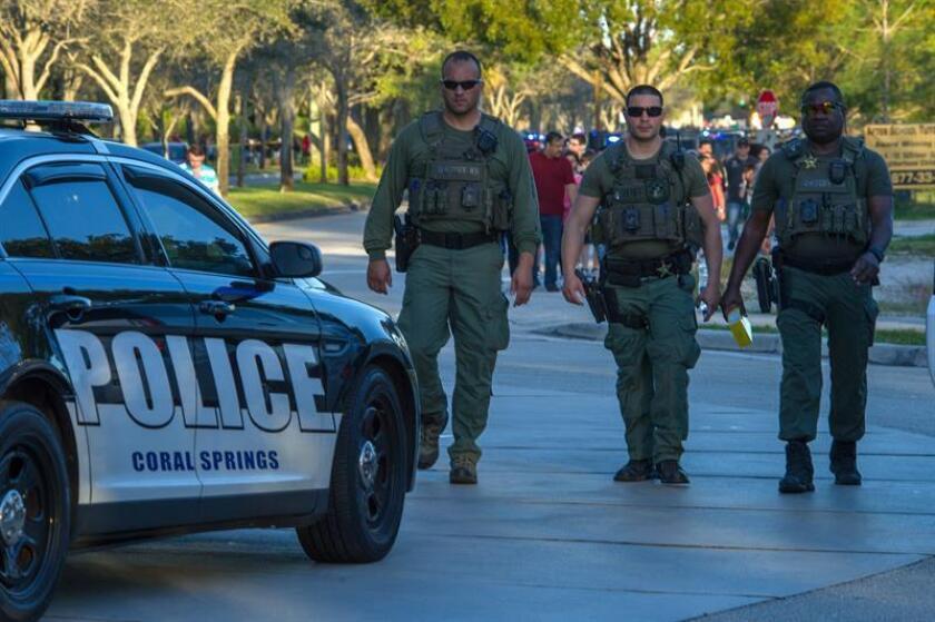Miembros del personal de emergencias acuden al lugar del tiroteo registrado en la escuela secundaria Marjory Stoneman Douglas de la ciudad de Parkland, en el sureste de Florida (Estados Unidos). EFE/Archivo