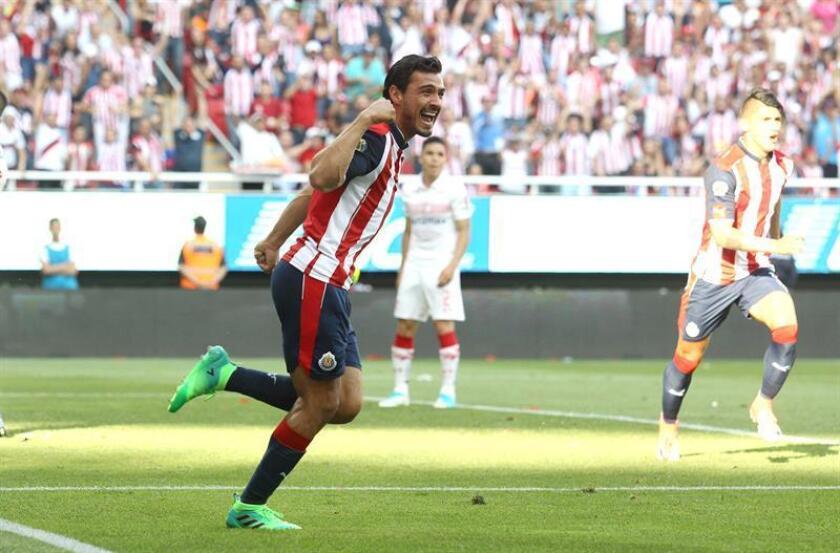 El defensa Oswaldo Alanís regresará al primer equipo de las Chivas de Guadalajara del fútbol mexicano luego de un acuerdo entre el jugador y el club que puso fin a una crisis iniciada cuando el zaguero pidió una mejoría de su contrato. EFE/ARCHIVO