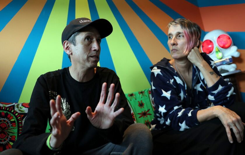 Fotografía del 4 de febrero de 2019, de Héctor y Andrea, integrantes de la banda colombiana Aterciopelados durante una entrevista en Bogotá (Colombia).