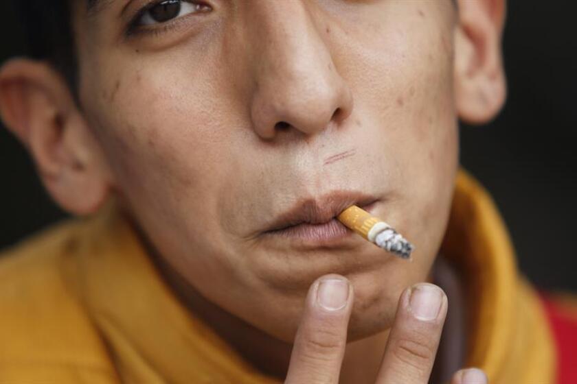 Vista de un joven, fumando un cigarro en Ciudad de México. EFE/Archivo