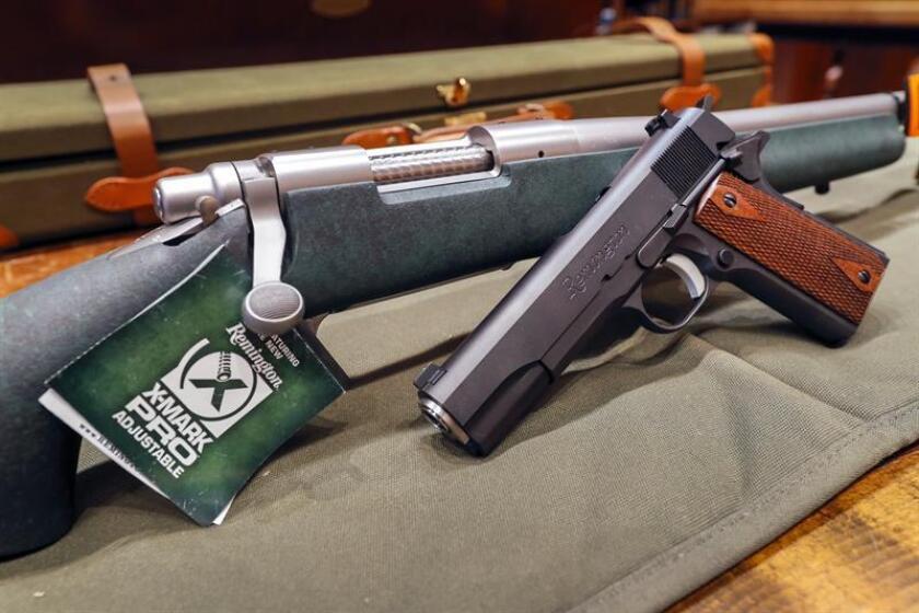 Vista de un rifle y una pistola de la compañía estadounidense Remington expuestas en una tienda en Atlanta, Georgia (Estados Unidos). EFE/Archivo
