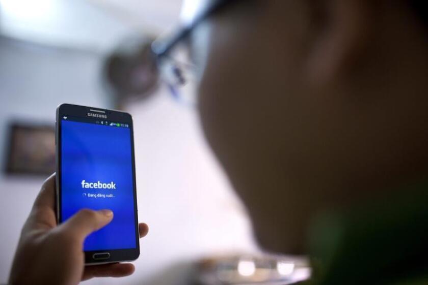 Dos investigaciones encontraron además que Facebook, criticada por difundir información errónea en la campaña presidencial de 2016, en realidad redujo las percepciones equivocadas de sus usuarios en comparación con aquellos que consumieron otras redes sociales. EFE/Archivo