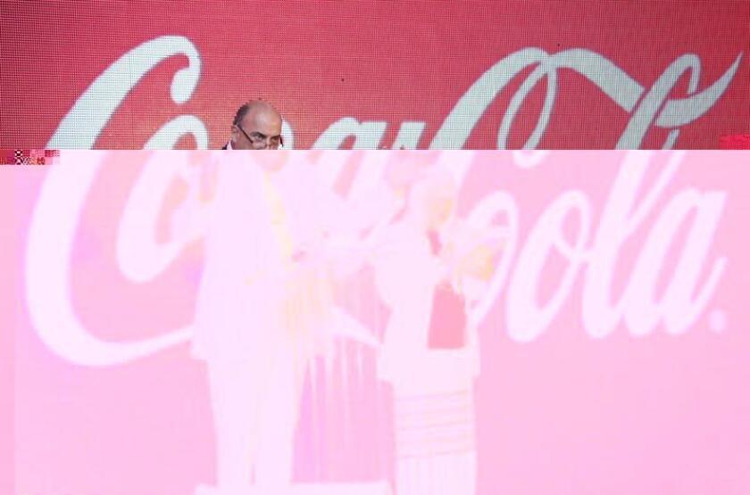 El grupo Coca-Cola anunció hoy el próximo relevo en la cúpula de la compañía, con la salida de su máximo ejecutivo, Muhtar Kent, un cambio que se produce en una etapa clave de la historia centenaria de la firma. EFE/ARCHIVO