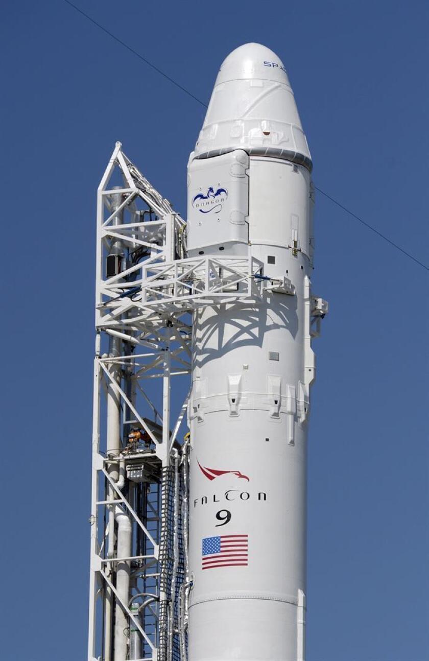 El cohete Falcon 9 y la cápsula no tripulada Dragon están preparadas en Cabo Cañaveral, Florida, Estados Unidos, el 18 de mayo de 2012, un día antes de su lanzamiento. EFE/Archivo