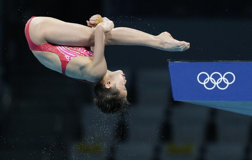 La china Quan Hongchan compite en la final de plataforma 10 metros, el jueves 5 de agosto de 2021
