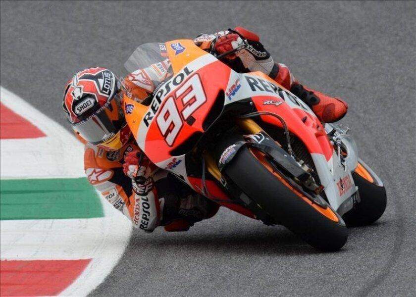 El piloto espñol de Repsol Honda, Marc Márquez, toma una curva ayer durante la segunda sesión de entrenamientos libres del Gran Premio de Italia, disputada en el circuito de Mugello (Italia). EFE