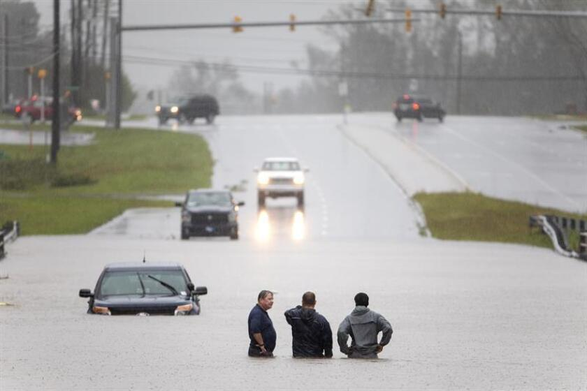 Bystanders help a stranded motorist after floodwaters from Hurricane Florence flooded his car along Route 17 near Holly Ridge, North Carolina USA. Florence has been downgraded to a tropical storm but is still expected to bring a storm surge with heavy flooding to the Carolinas. (Estados Unidos, Florencia) EFE/EPA