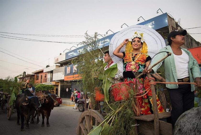 Miembros de la comunidad LGTB, desfilan con vestidos de Tehuanas hoy, por calles del municipio de Juchitán, en el estado de Oaxaca (México). Decenas de miembros de la comunidad LGBT celebraron hoy en Juchitán su tradicional festividad anual de la Regada que sirve como preámbulo a la fiesta de la Vela que se cumplirá mañana sábado. EFE