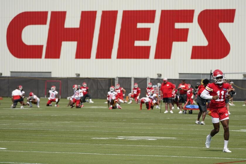 Entrenamiento de los Chiefs de Kansas City en Kansas City el 16 de junio del 2021. La NFL y la Asociación de Jugadores de la NFL anunciaron que se levantan las restricciones asociadas con el COVID-19 a los jugadores que están inmunizados y las mantienen a quienes no se han vacunado. (AP Photo/Charlie Riedel)