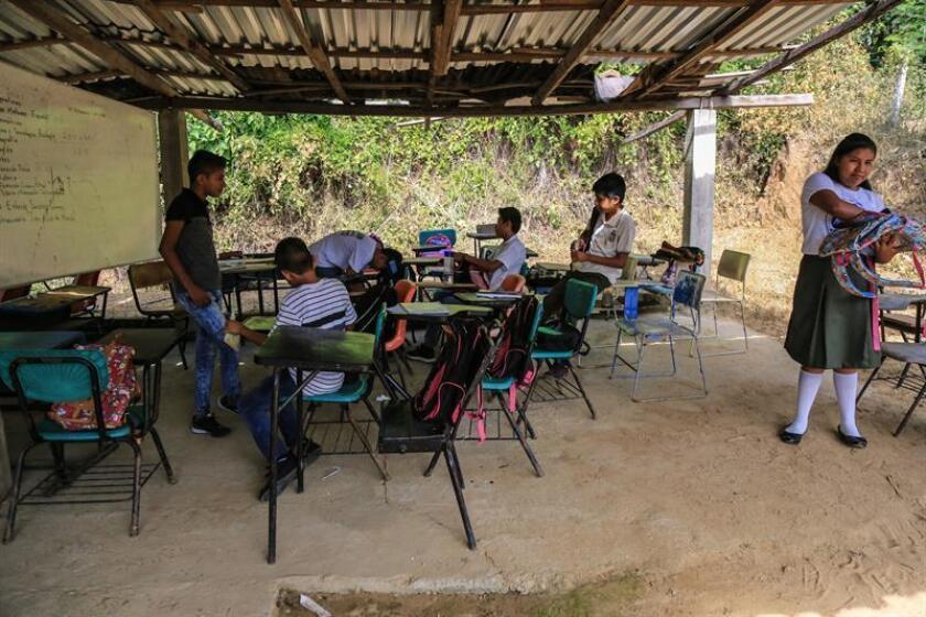 Alumnos de una escuela habilitada en la colonia Lomas del Valle asisten a clase, en el municipio de Acapulco, en el estado de Guerrero (México) hoy, miércoles 12 de septiembre de 2018. EFE