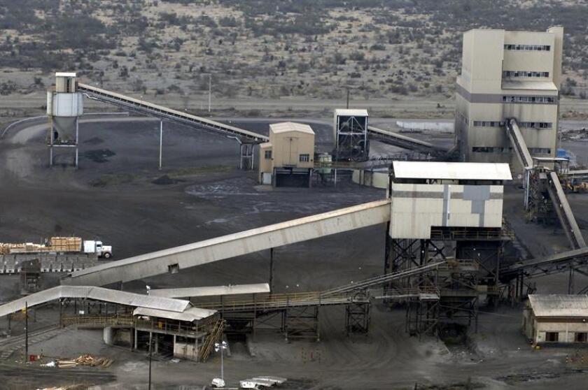 Vista aérea tomada el jueves 23 de febrero de 2006, del complejo Pasta de Conchos de San Juan de Sabinas, en el estado mexicano de Coahuila, donde aún permanecían atrapados 65 mineros debido a una explosión ocurrida el pasado domingo. EFE/Archivo