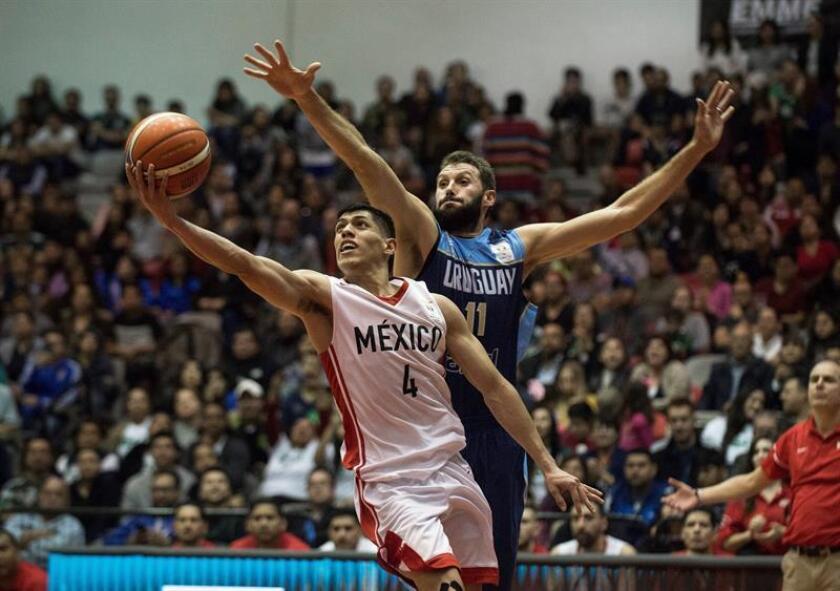 El jugador Victor Álvarez (adelante) de México en acción ante Sebastián Izaguirre (atrás) de Uruguay durante el partido clasificatorio rumbo al Mundial de China 2019 que se disputa en el Gimnasio Nuevo León Unido de Monterrey (México). EFE