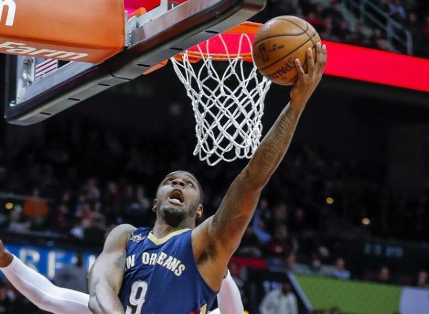 Terrence Jones de Pelicans encesta durante un juego de la NBA. EFE/Archivo