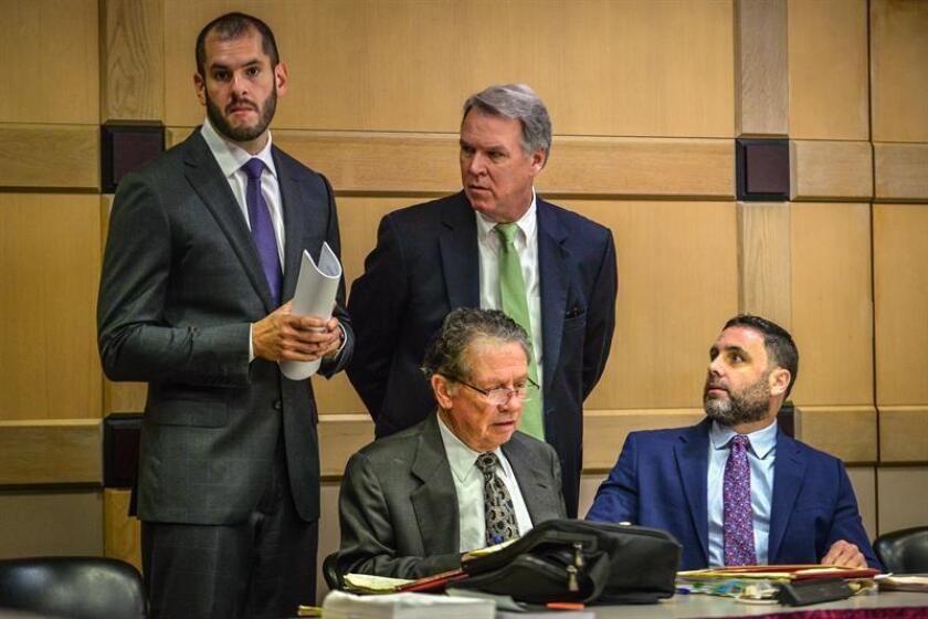 El hispano-estadounidense Pablo Ibar (d) mira a sus abogados Joseph Nascimento (i), Kevin J. Kulik (c) y Fred Haddad (sentado) durante la fase oral del cuarto juicio al que es sometido, en el tribunal del condado Broward, en Fort lauderdale, Florida (EE.UU.). EFE/Archivo