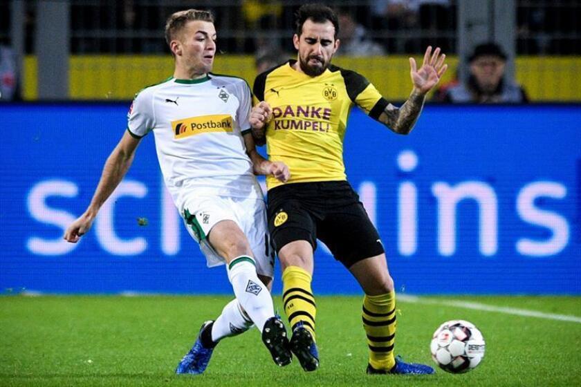 El jugador del Borussia Dortmund Pablo Alcácer (dcha) se enfrenta a Louis Beyer, del Borussia Mönchengladbach, durante un partido de la Bundesliga alemana en Dortmund (Alemania) hoy. EFE