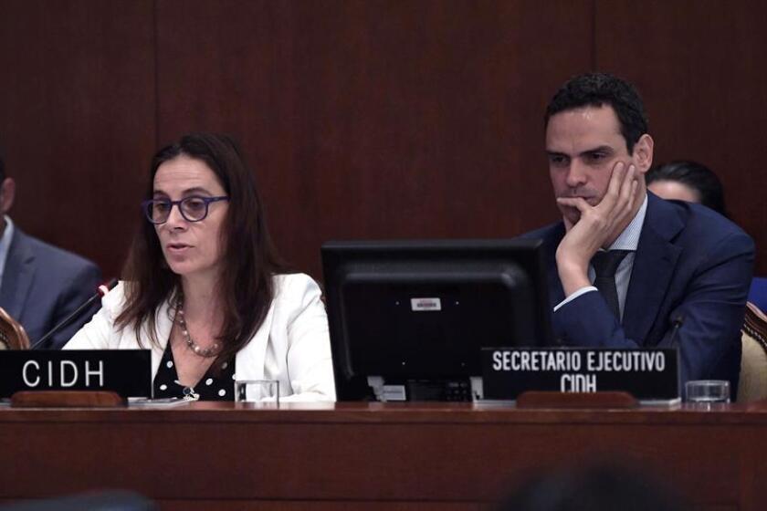 El secretario ejecutivo de la Comisión Interamericana de Derechos Humanos (CIDH), Paulo Abrão (d), y la relatora para Nicaragua de la Comisión Interamericana de Derechos Humanos (CIDH), Antonia Urrejola (i), participan en una conferencia. EFE/Archivo