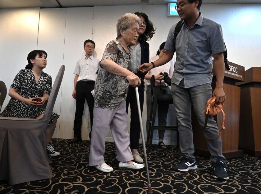 Kim Jeong-ju, center, a victim of forced labor in WWII, at the Seoul Foreign Correspondents' Club on Aug. 14.