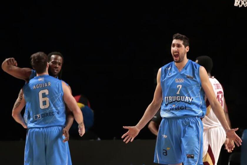 En la imagen, el jugador de baloncesto Mathias Calfani (d) de Uruguay. EFE/Archivo