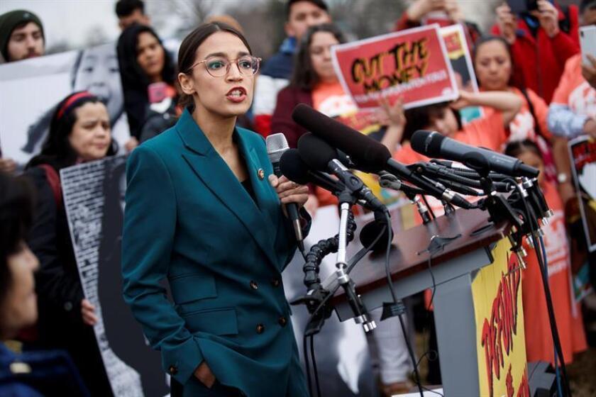 La congresista demócrata Alexandria Ocasio-Cortez (i) ofrece una rueda de prensa en el Capitolio, Washington D.C (Estados Unidos), este jueves. EFE