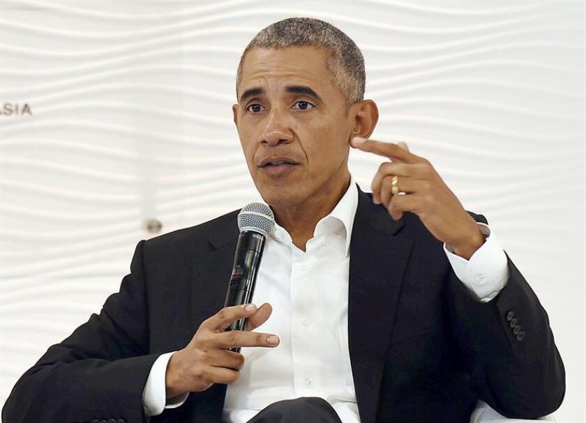 El expresidente estadounidense Barak Obama interviene durante el Encuentro de Líderes del Hindustan Times en nueva Delhi (India), el 1 de diciembre de 2017. Obama hizo varias alusiones a su sucesor, Donald Trump, y subrayó la necesidad de tener cuidado con las redes sociales y conocer sus límites. EFE/Archivo