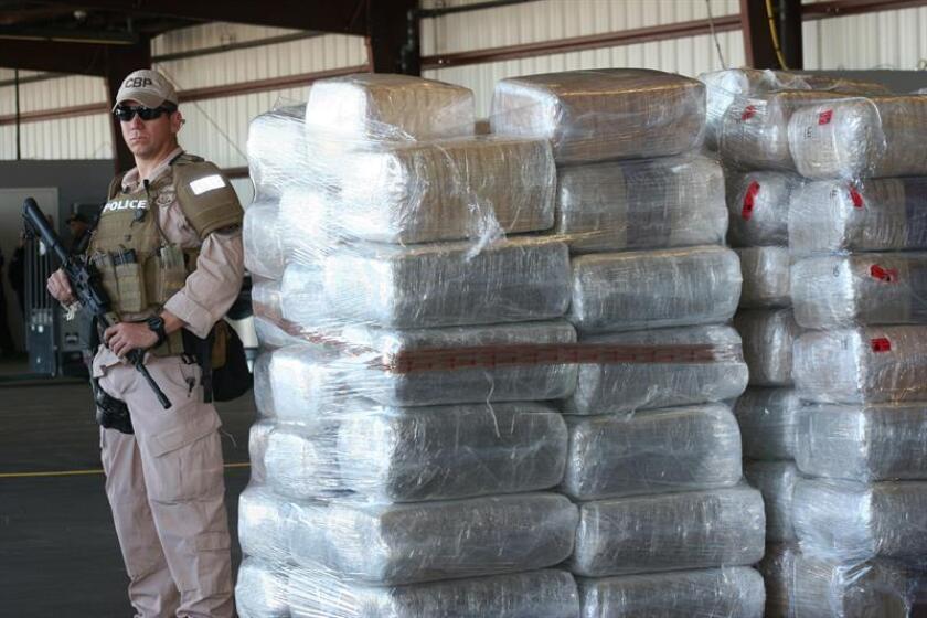 Un agente de la policía custodia las 20 mil libras de marihuana decomisada el martes 19 de noviembre 2013, en Nogales, Arizona. EFE/Archivo