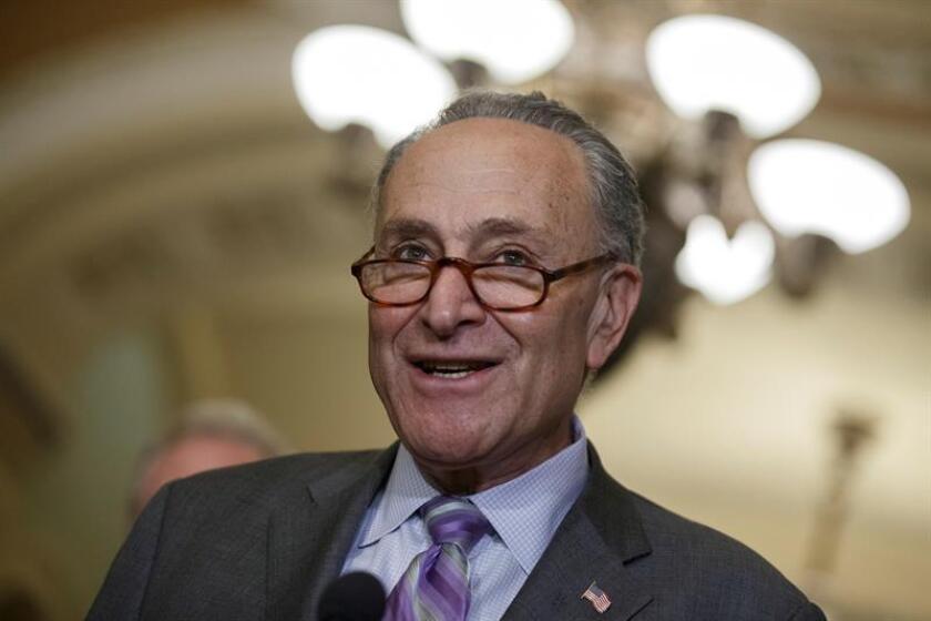 El líder de la minoría demócrata del Senado, Chuck Schumer, responde a una pregunta de los medios de comunicación durante una conferencia de prensa. EFE/Archivo
