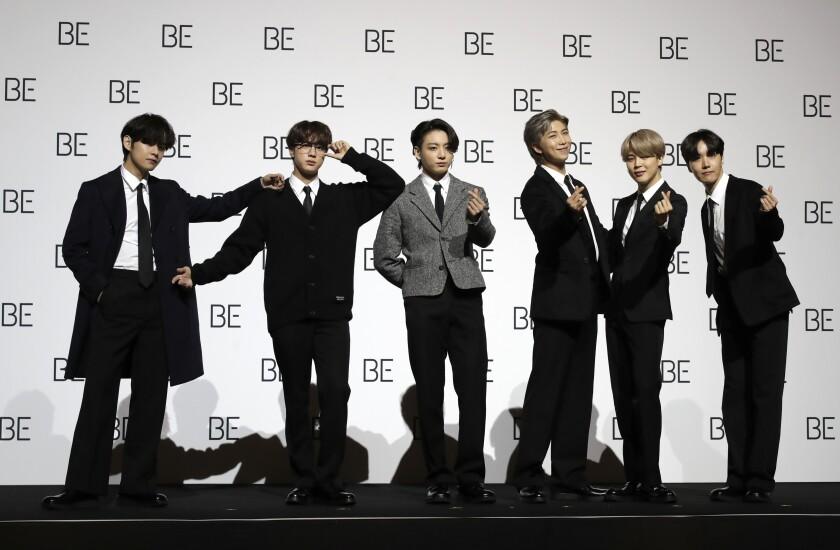 Miembros de la banda sudcoreana de K-pop BTS posan para retratos