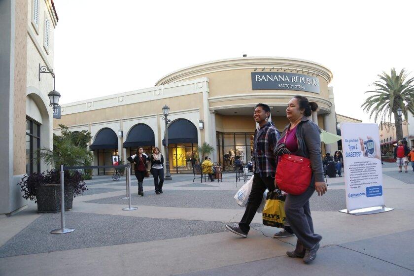 Los compradores disfrutan del Viernes Negro el pasado noviembre en el centro comercial Las Américas