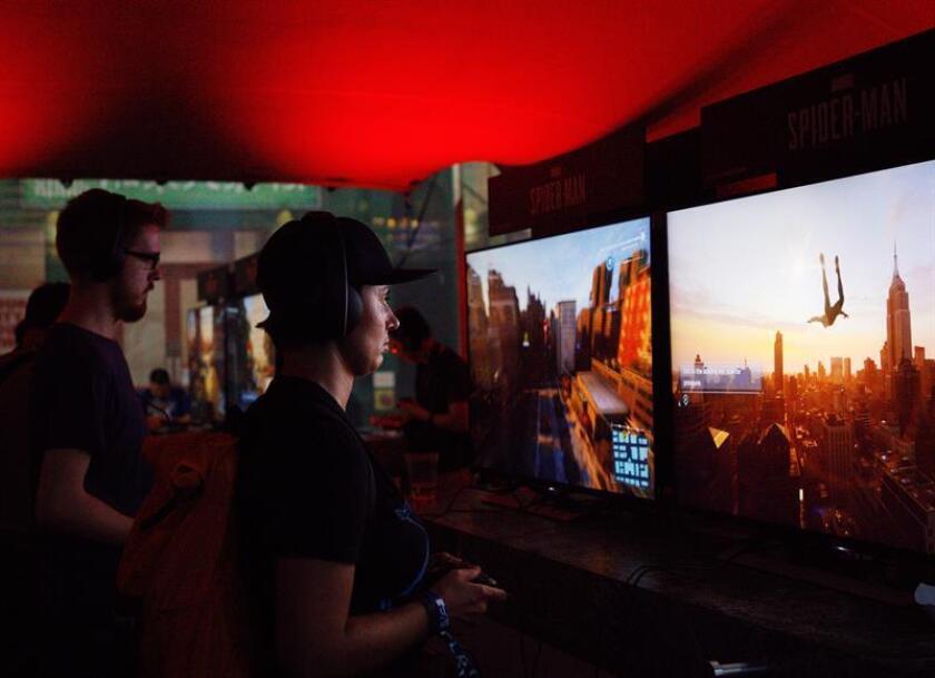 Varios aficionados juegan al videojuego Spider-Man durante la fiesta de Sony Playstation E3 en Los Ángeles, California (Estados Unidos). EFE/Archivo