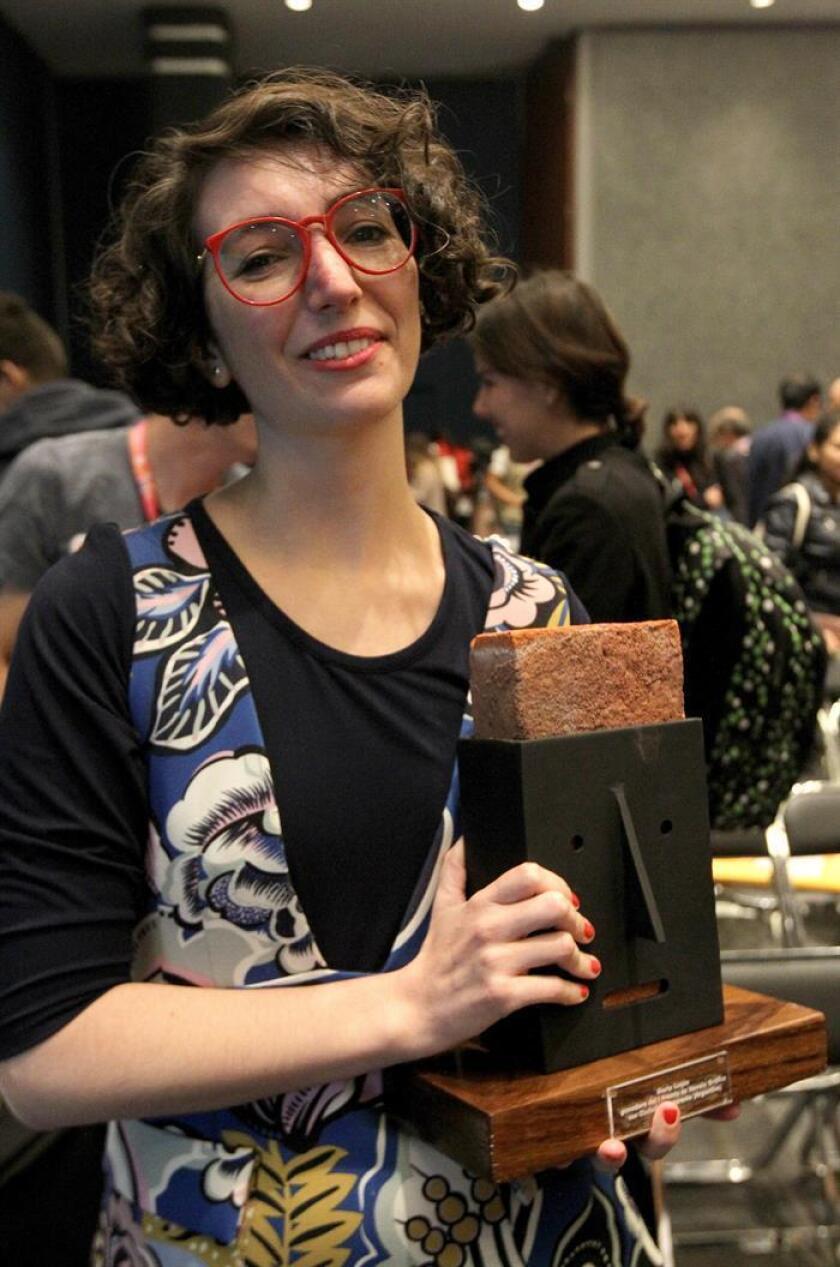 La escritora Maria Luque, ganadora del premio Novela Gráfica Ciudades Iberoamericanas, posa tras recibir el premio hoy, domingo 26 de noviembre de 2017, en el segundo día de actividades de la Feria Internacional del Libro en Guadalajara (México). EFE