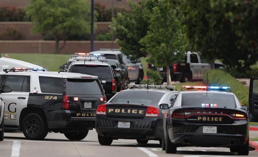 El agente del Departamento de Policía de Dallas Rogelio Santander falleció hoy debido a las heridas de bala recibidas en un incidente ocurrido este martes en un área comercial de la ciudad texana. EFE/Archivo
