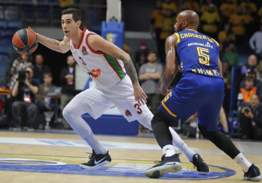 El jugador del Khimki Moscú Tony Crocker (d) defienda al jugador del Kirolbet Baskonia Luca Vildoza (i) durante el partido de la Euroliga de baloncesto disputado en el Arena Mytischi de Moscú, Rusia. EFE/Archivo