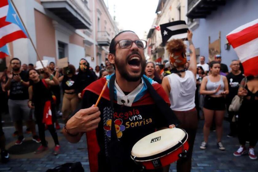 Alegría y música en las protestas por la destitución del gobernador de P.Rico