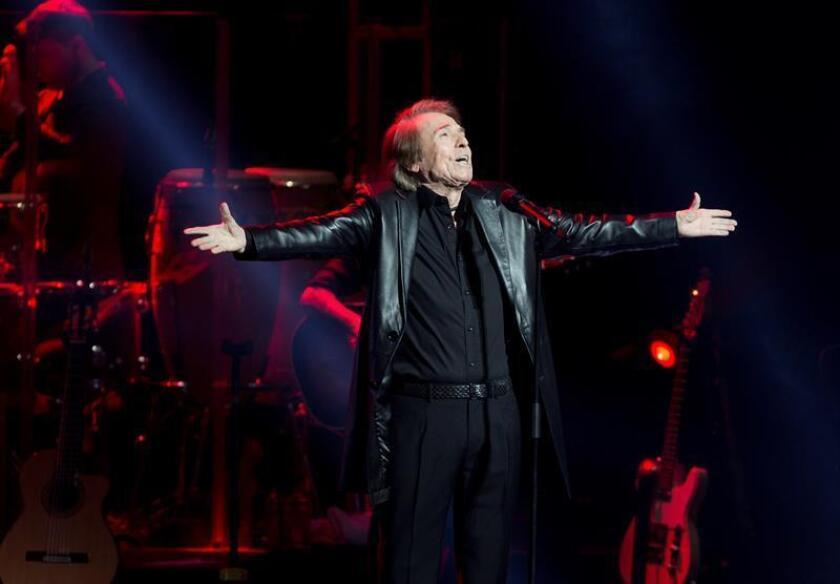 """El cantante español Raphael durante el concierto ofrecido en el Dolby Theater de Los Ángeles, dentro de su gira """"Loco por cantar"""". EFE"""