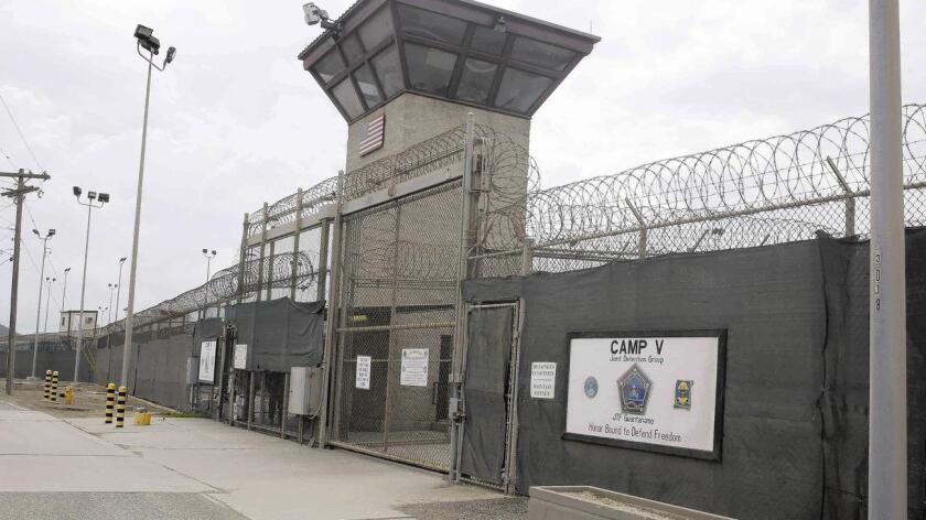 La cárcel de Guantánamo llegó a albergar a unos 800 presos poco después de su apertura, ordenada por el entonces presidente estadounidense, George W. Bush, tras los atentados terroristas del 11 de septiembre de 2001 en Estados Unidos.